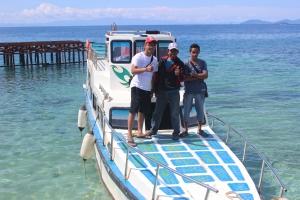 Team Survey & Onfololo sedang berpose bareng di atas katinting di pantai Saleo
