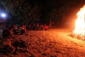 menikmati kebersamaan malam di Pantai Saleo