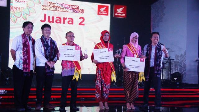 Neni Sulfianas Menerima Penghargaan sebagai Juara 2 Kategori Pimpingan Jaringan di KLHN 2016